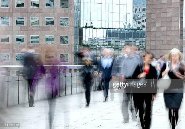 De gens d'affaires floue de mouvement marche de travail