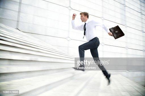 Geschäftsmann läuft bis weißen Treppe