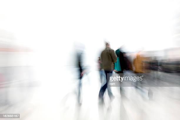 Motion blur photo de personnes se bousculent dans le couloir