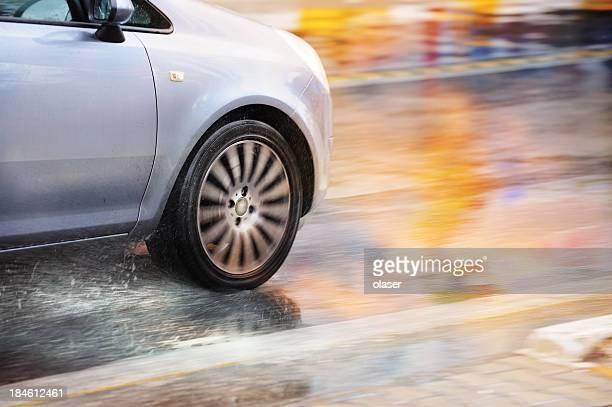 Flou de mouvement voiture conduite sous la pluie