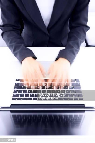 Movimento offuscata mani digitando sulla tastiera del computer