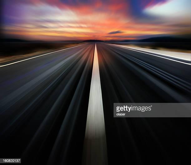 Motion verschwommene Straße und Dramatischer Himmel