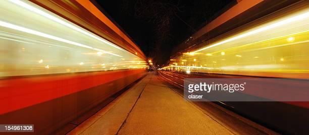 Mouvement flou street, des tramways, par nuit
