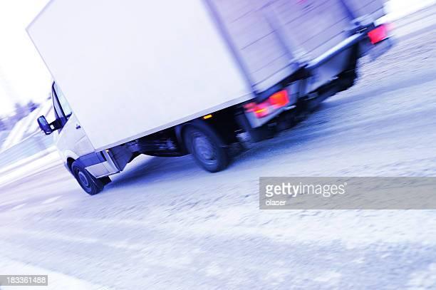 Camion movimento offuscata sulla strada di inverno neve