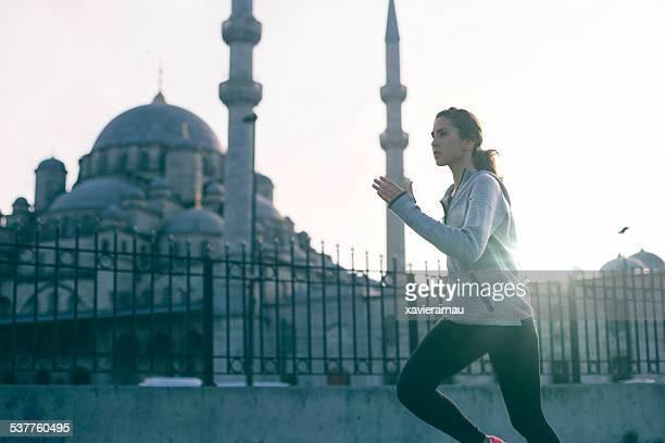 Motivierte Frau läuft in Istanbul