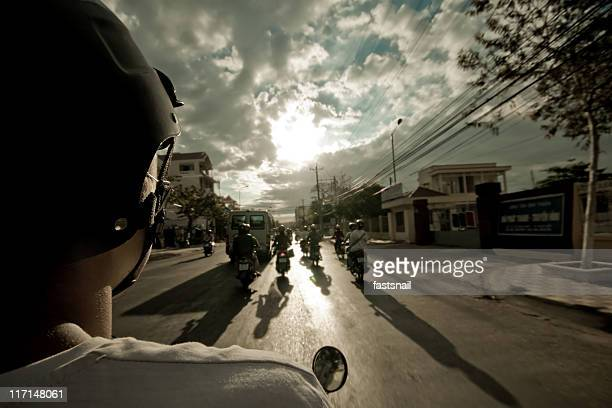 motobike vista da dietro sulla strada e cielo