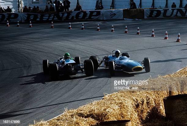 Motor Sport Pau Grand Prix 1967 Sur le circuit de Pau deux voitures dans un virage au ralenti se dirigeant vers l'extérieur de la piste