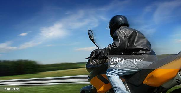 Pilote de moto cycliste en mouvement