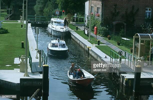 Motorboote passieren die Schleuse von WendischRietz / Brandenburg 1999