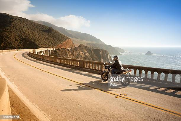 Motorcycle de cruzar el puente de Bixby, Big Sur, California, USA