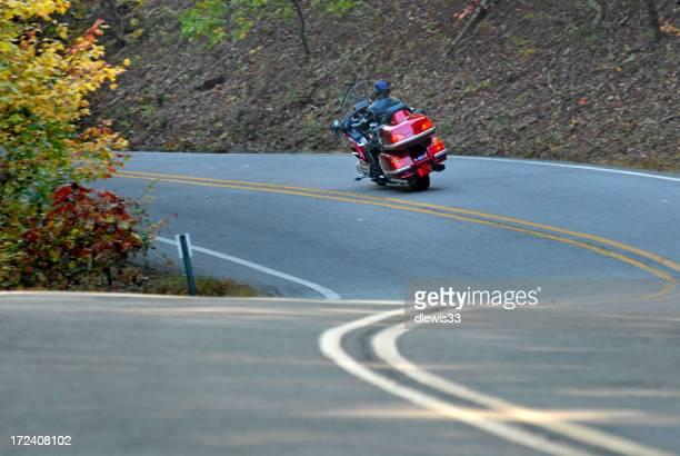 Moto sur l'autoroute incurvé
