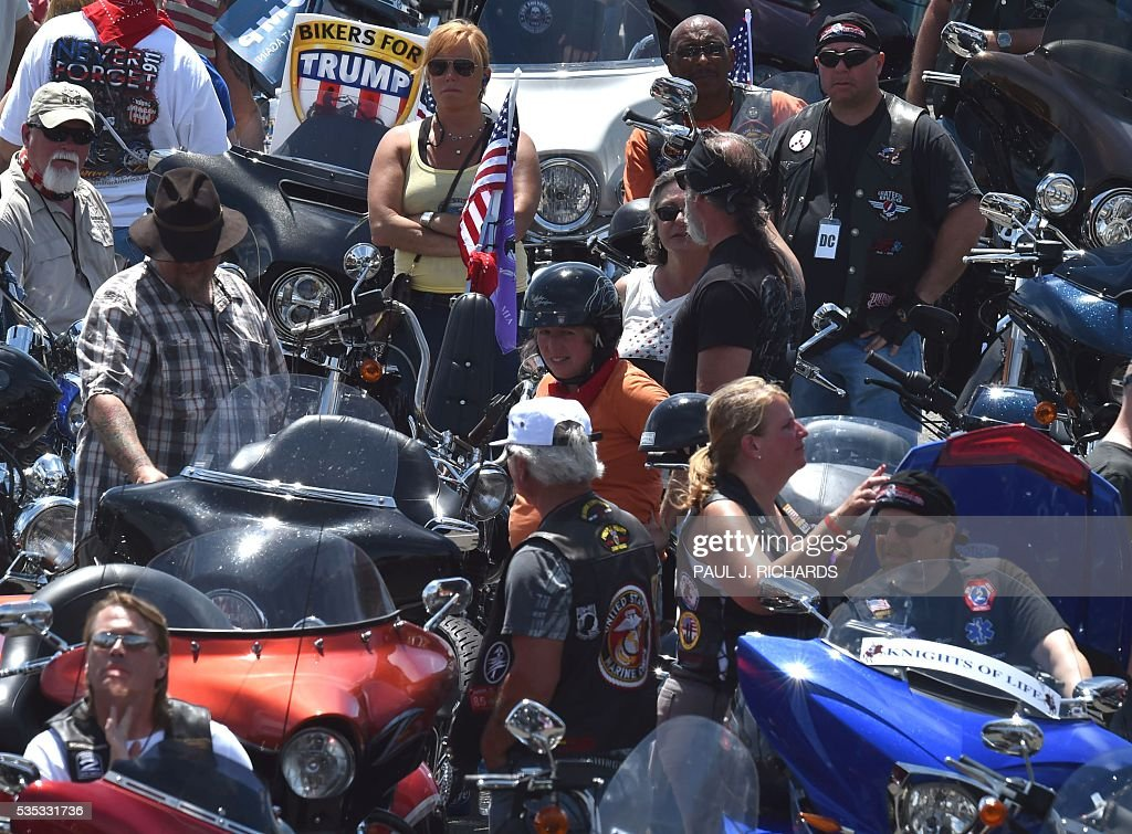 Motorcyclists participating in the Rolling Thunder XXIX Ride For Freedom park in the Pentagon parking lot May 29, 2016 shortly before parading through Washington, DC, to raise awareness for American Prisoners of War and warriors currently missing in action. / AFP / PAUL