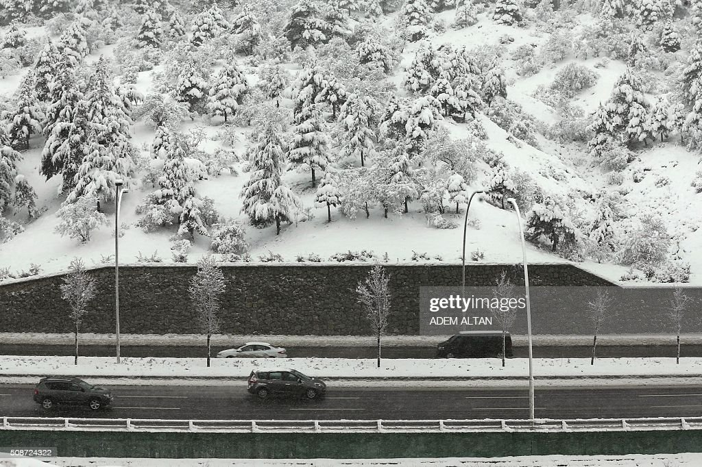Motorists drive along the highway under the snow in Ankara on February 6, 2016. / AFP / ADEM ALTAN