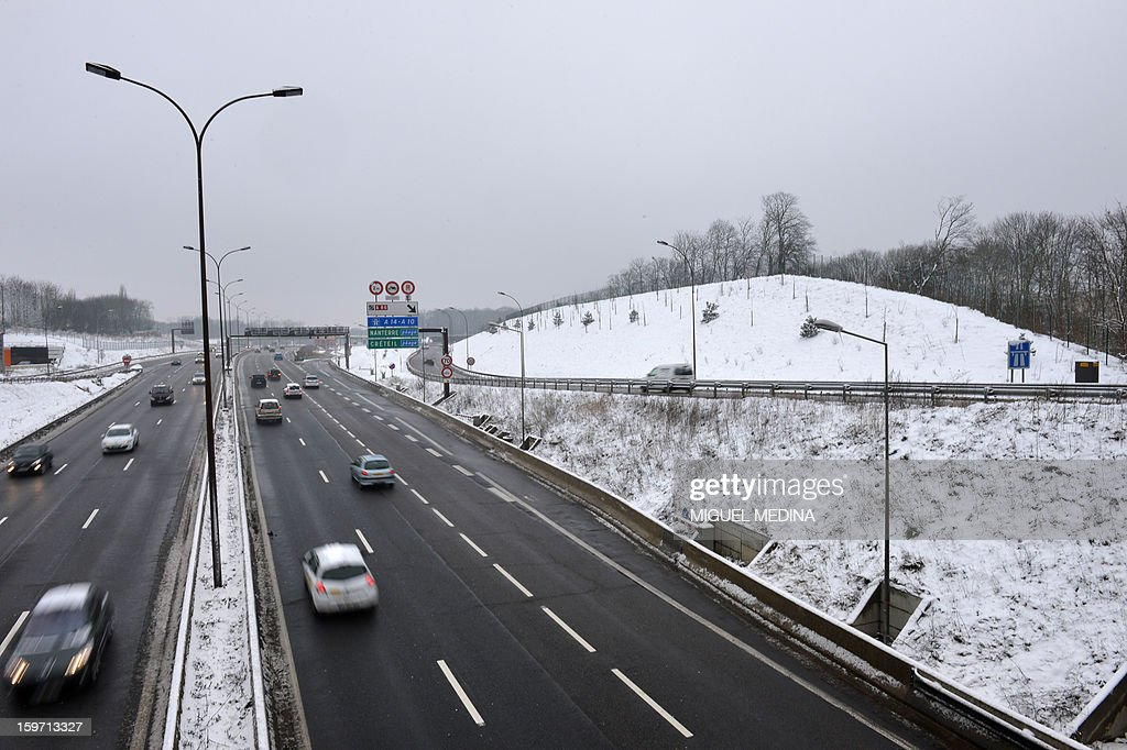 Motorists drive on a highway on January 19, 2013 near Paris, after the snow fell over the French capital overnight.