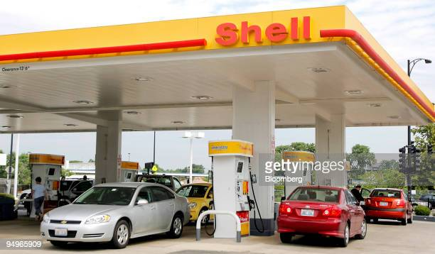 Motorists fill their cars at a Shell gas station in Chicago Illinois US on Thursday July 30 2009 Royal Dutch Shell Plc Europe's largest oil company...