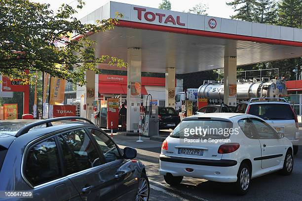 Motorists line up at a Total gas station on October 18 2010 in a Paris suburb Paris France More than 900 gas stations across France have run out of...