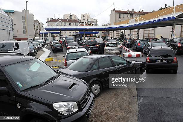 Motorists queue for fuel at a gas station in Paris France on Tuesday Oct 19 2010 French unions stepped up pressure on President Nicolas Sarkozy to...