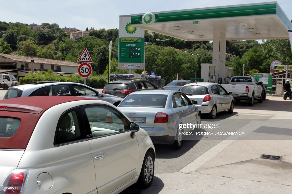 Motorists queue to refuel at one of the last gas stations not in shortage in the Ajaccio area on May 27, 2016 in Porticcio, on the French Mediterranean island of Corsica. / AFP / PASCAL