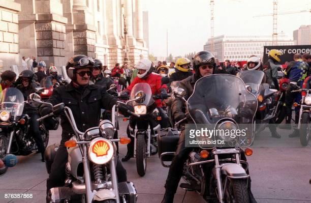 Motorradtour von Abgeordneten des Deutschen Bundestages Start vor dem Reichstag Berlin