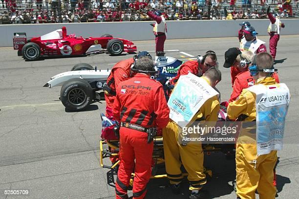 Motorsport / Formel 1 GP der USA 2004 Indianapolis Ralf SCHUMACHER / GER BMWWilliams wird vom MedicalTeam nach seinem Unfall behandelt im Hintergrund...
