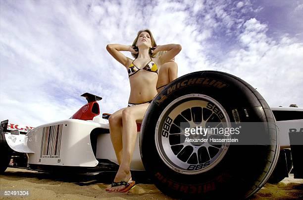Motorsport / Formel 1 GP von Australien 2004 Melbourne 2 Australierinnen posieren am Strand von St Kilda in Melbourne im BAR Honda Rennwagen 030304