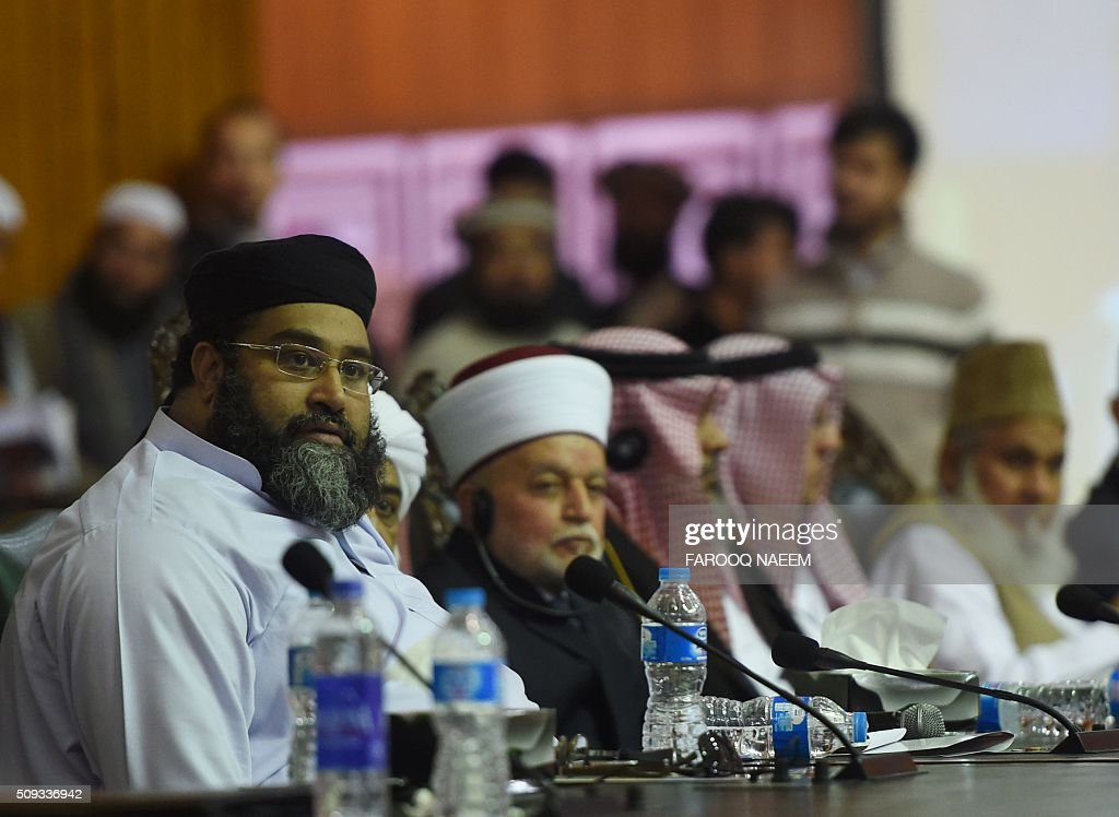 Moulana Tahir Ashrafi, President of Pakistan Ulema Counci (L) and Grand Mufti of Jerusalem Muhammad Ahmed Hussain (2nd L) attend the Paigham-e-Islam conference in Islamabad on February 10, 2016. Over five thousand Ulema, Mashaikh and scholars attended the Paigham-e-Islam conference, voicing concern over the rise of terrorism. AFP PHOTO / Farooq NAEEM / AFP / FAROOQ NAEEM