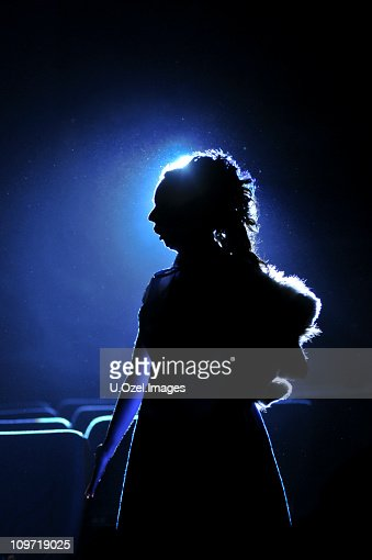 Silhouette der Frau auf blauem Hintergrund