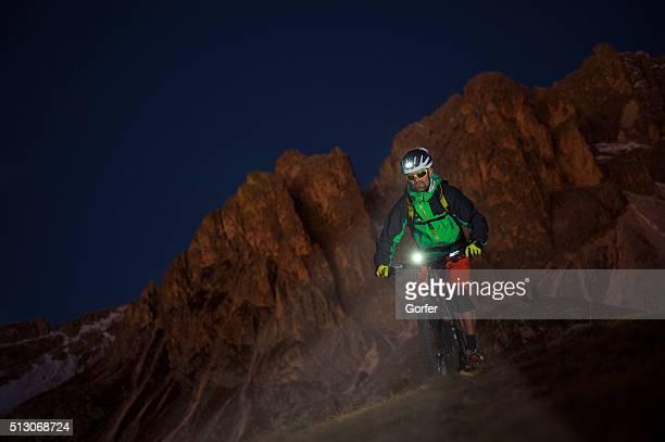 mounatinbiker dans la nuit de