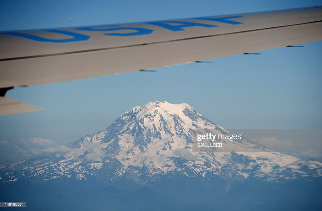Mount Rainier is seen from Air Force One with US President Barack Obama aboard as he travels from Portland, Oregon to Seattle, Washington, on July 24, 2012, to attend campaign events and fundraisers. AFP PHOTO / Saul LOEB