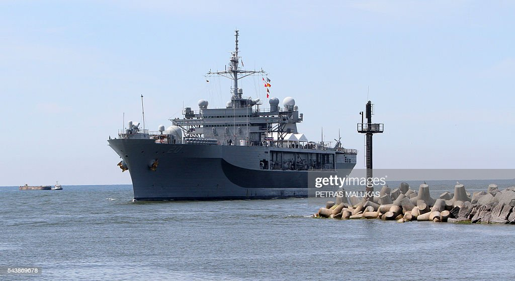 USS Mount Whitney, the flagship of the US Sixth Fleet, enters the port of Klaipeda on June 30, 2016. / AFP / Petras Malukas