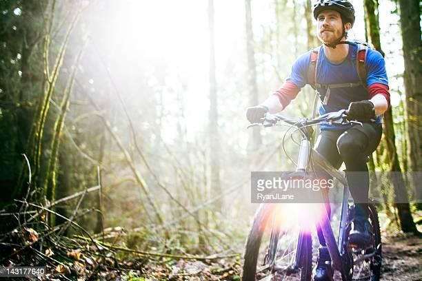 Promenade en montagne à vélo sur le sentier de la forêt