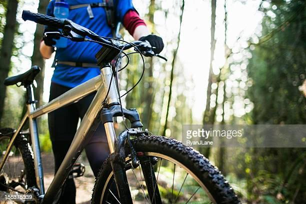 Eau de vélo de montagne une pause