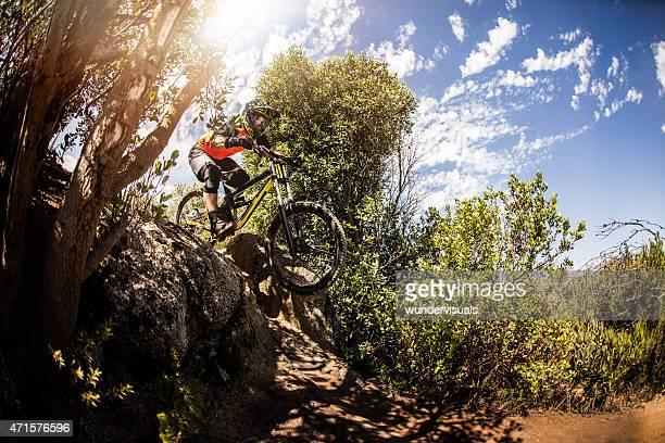 Mountainbiker auf extremen freeriding unwegsamem terrain auf einem Pfad