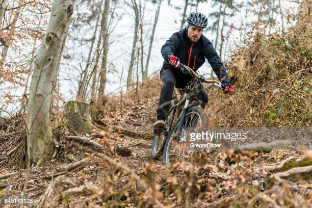 Mountainbiker in den Wald