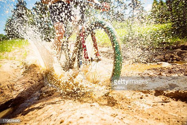 VTT Équitation à travers une sale Flaque
