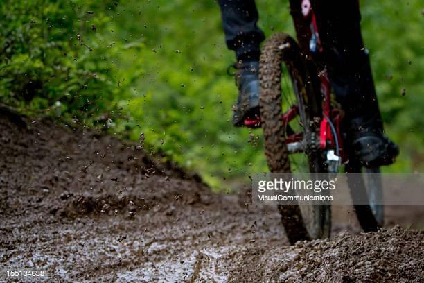 Pratique du VTT dans la boue.