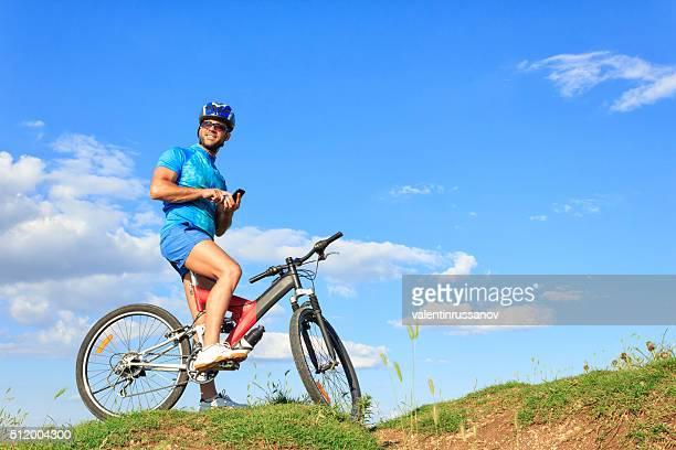 Mountainbiken auf Nach oben der die Hügel