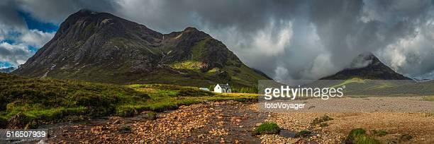 Mountain Hütte unter dramatischen Wildnis Berggipfel panorama Glen Coe Highlands von Schottland
