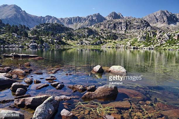 Lago de montaña en la de Andorra