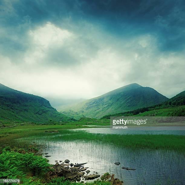 Lac de montagne dans la vallée