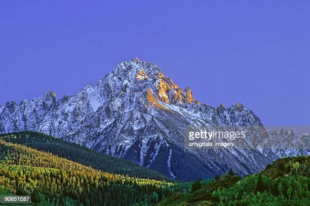 Montagnes paysage coucher de soleil avec la neige et les arbres d'aspen