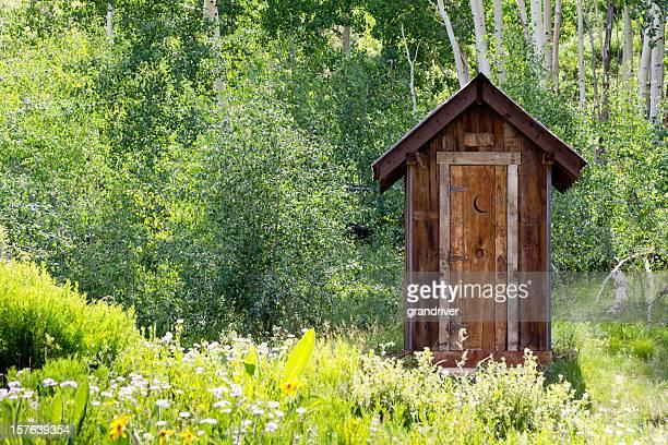 Toilettes extérieures dans la forêt de montagne