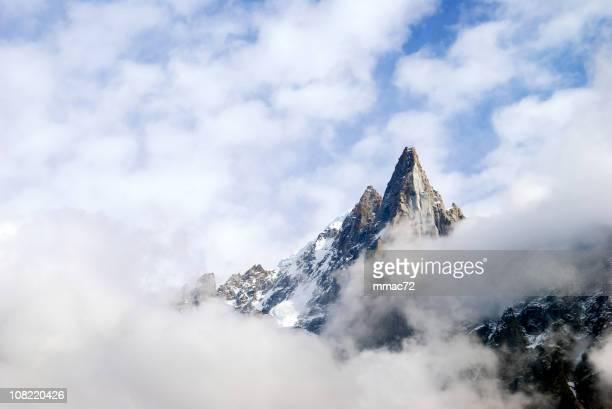 Sommet de la montagne entourée par des nuages