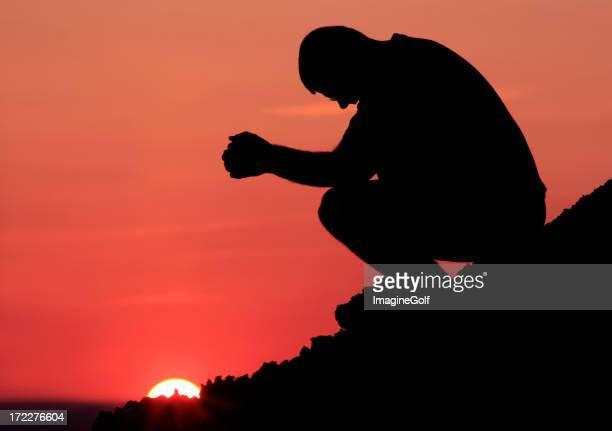 Silhouette di preghiera montagna