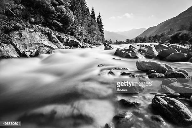 Rivière de montagne longue exposition noir et blanc, Paysage