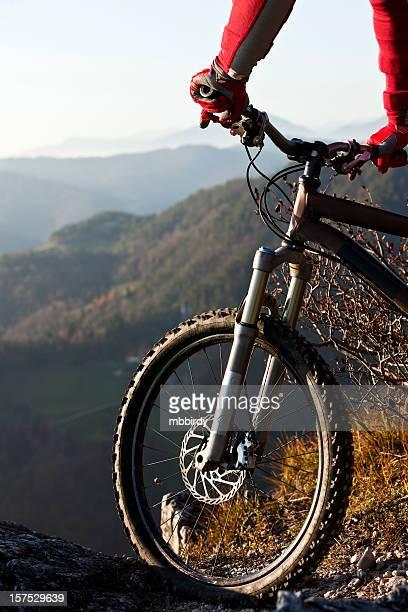 Mountainbiker auf Fahrrad mit den Bergen im Hintergrund