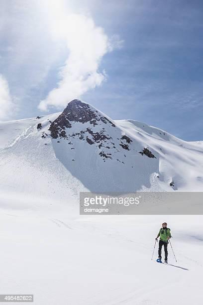 Bergsteiger mit Bergen im Hintergrund