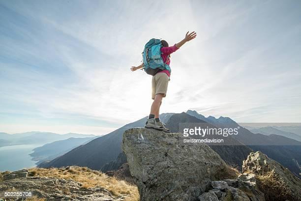 Bergsteiger erreicht mountain top feiert Erfolg