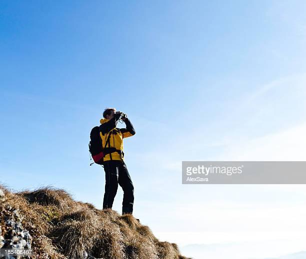 mountaineer mit Fernglas