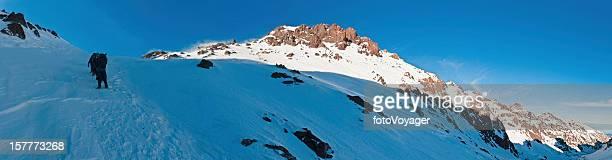 Les alpinistes escalade neige couloir au sommet Afrique